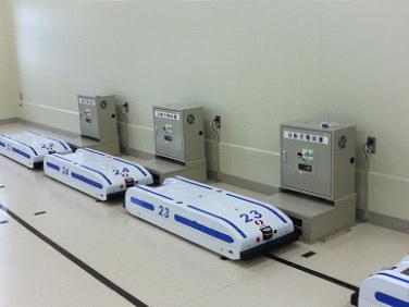 無人配膳車・低床型AGV 充電中