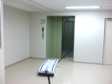 無人配膳車・低床型AGV 自動でエレベーターに乗り込みます